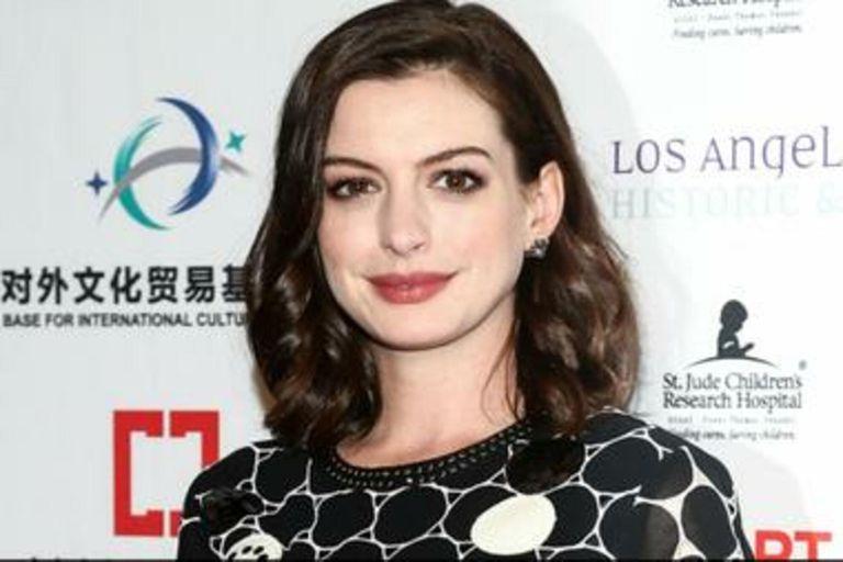 La transformación se debe a que la actriz está difundiendo su nueva película, The Hustle.