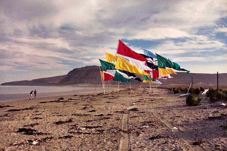 Arte de las playas: banderas en la Costa Atlántica, en una intervención anterior