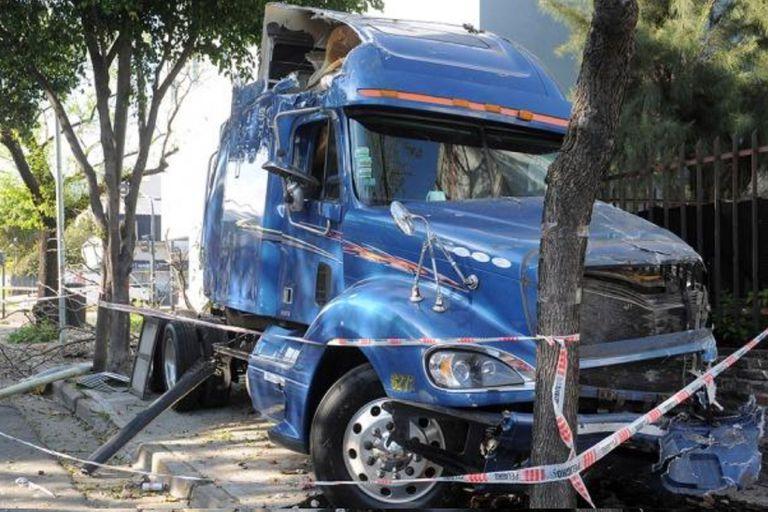 El camión, tras haber arrollado al Volkswagen Bora en el que murieron un hombre y su hijo, en el barrio porteño de Villa Real