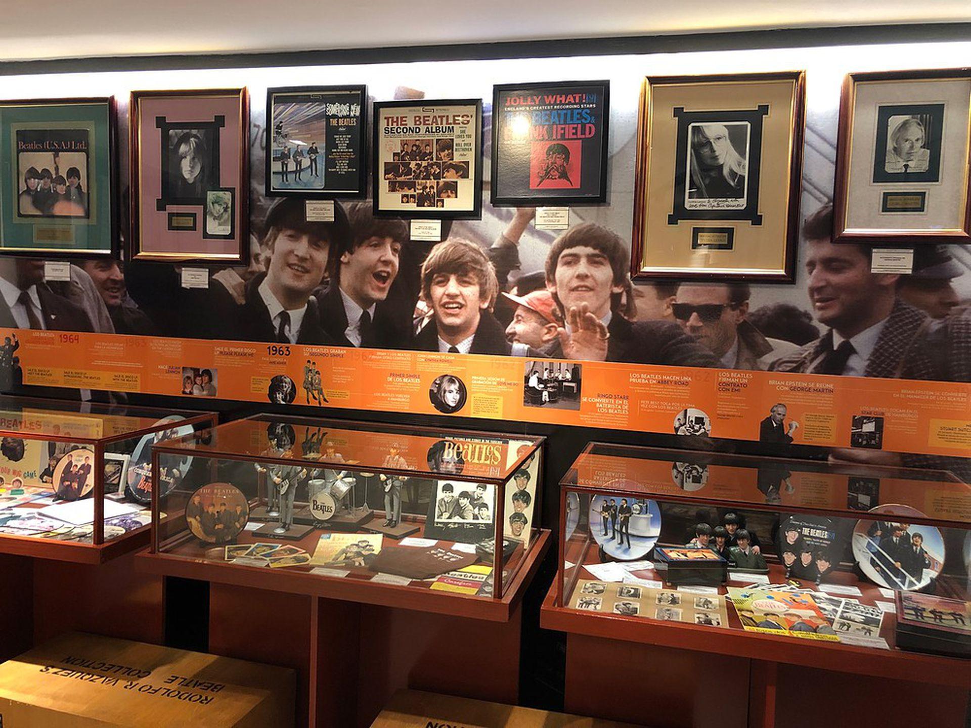 Una de las tantas vitrinas con memorabilia que homenajea a los cuatro de Liverpool.