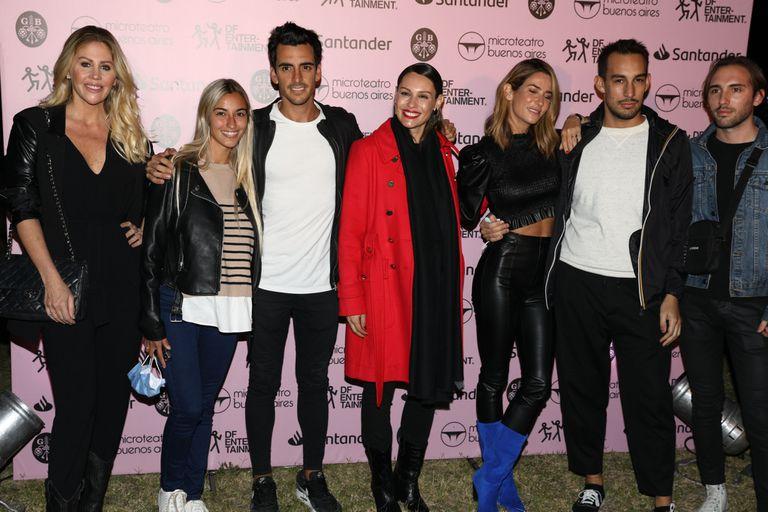 Pampita disfrutó de una salida a microteatro junto a  su hermano, Guillermo Ardohain, y sus amigas Puli Demaría, Barbie Simons y Julieta Novarro