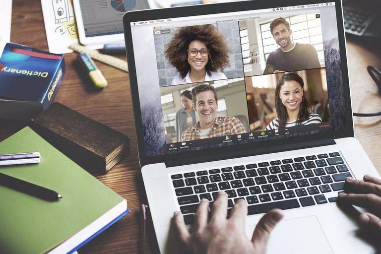 Videollamadas y reuniones virtuales a lo grande; casi todo puede hacerse con el teclado, e incluso podés poner música de fondo