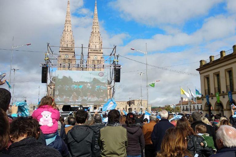 Una multitud participó de la misa frente al Basílica de Luján