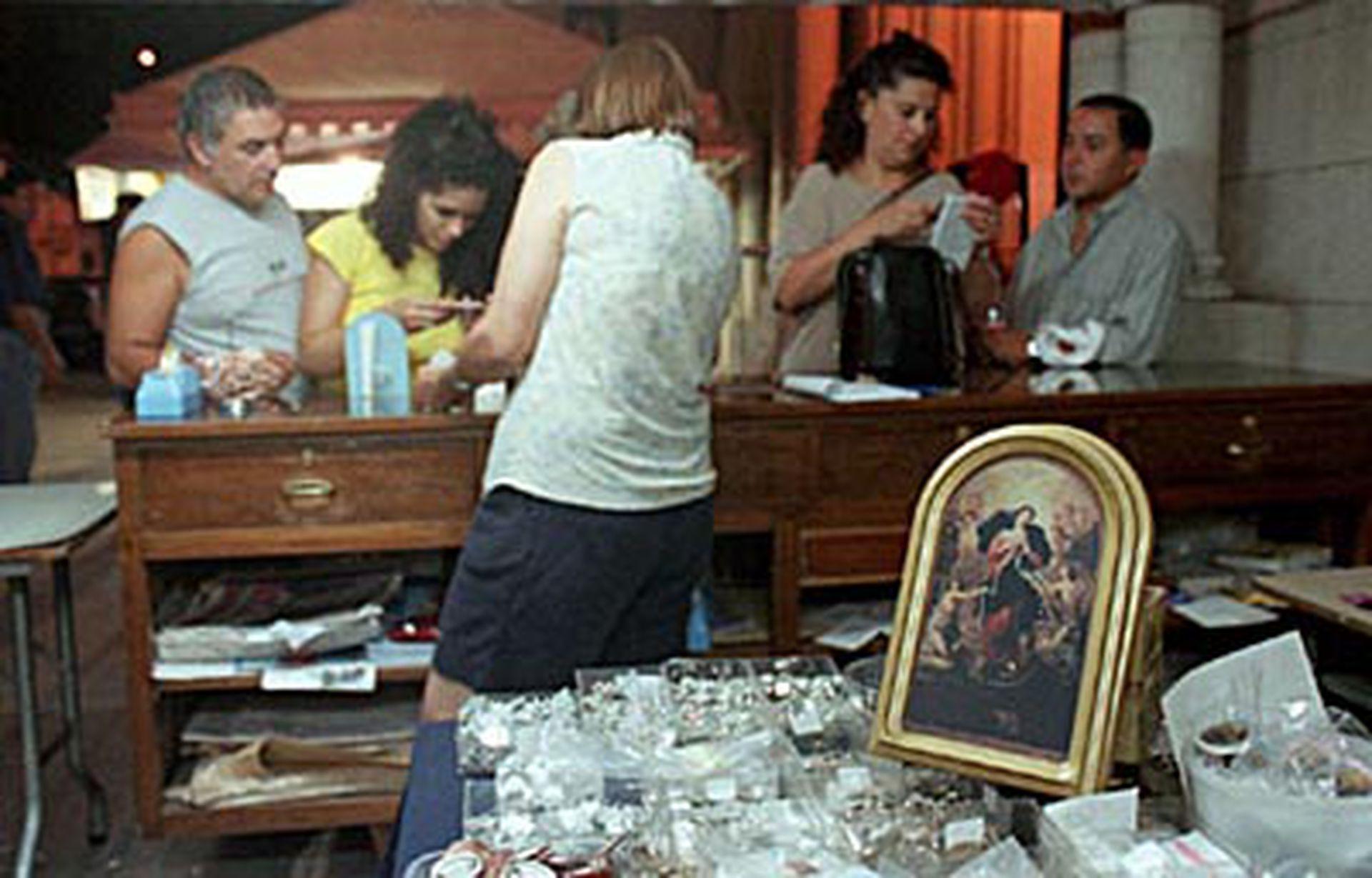Muchas personas acuden a rezar ante la imagen de Nuestra Señora que desata los nudos