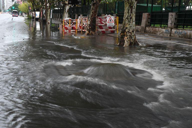 Hubo inundaciones en calles de distintos barrios, entre ellos, la avenida Libertador a la altura de Núñez