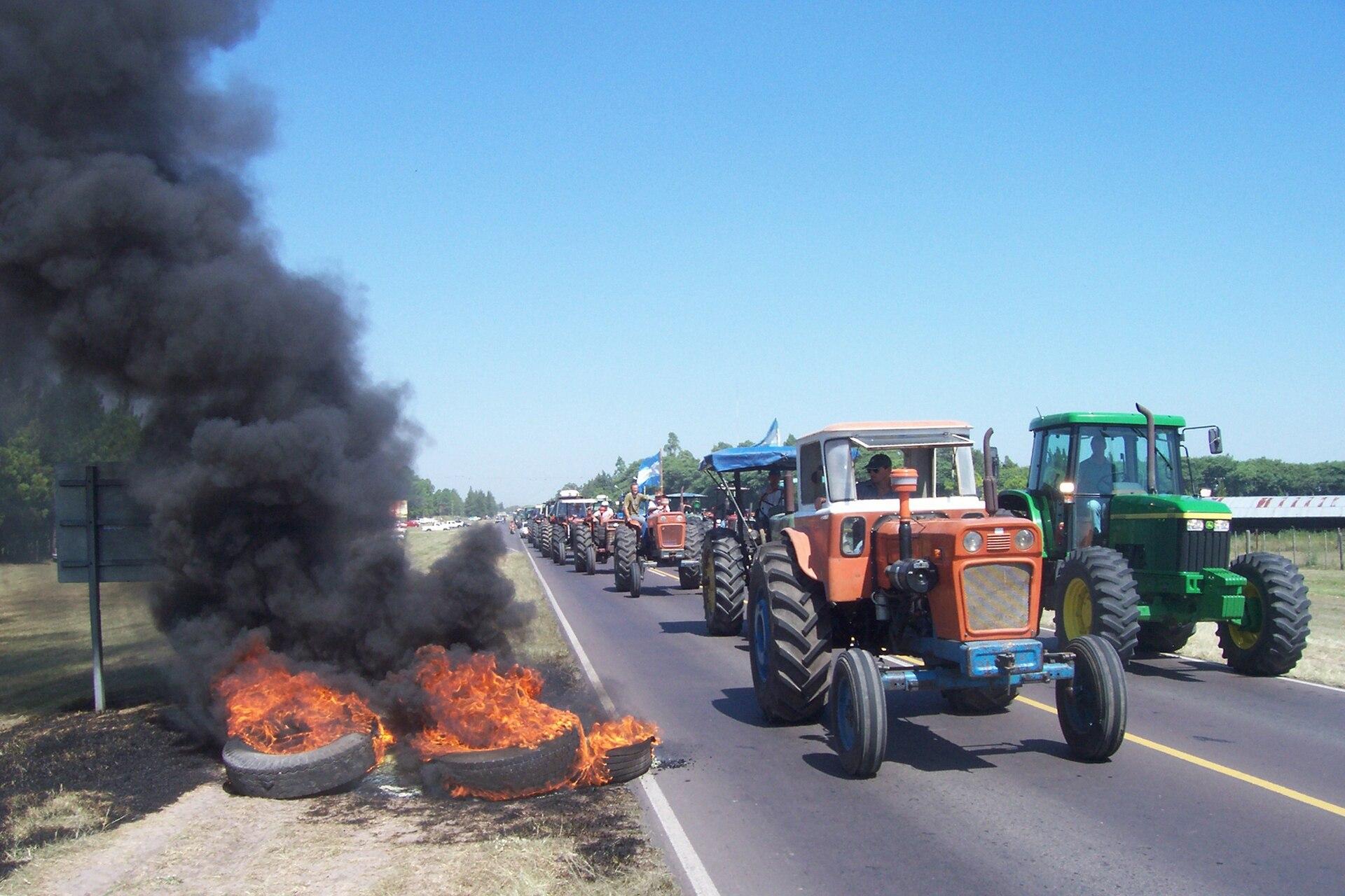Productores agropecuarios cortan una ruta en la provincia de Santa Fe, en marzo de 2008, en protesta por un aumento en las retenciones a las exportaciones; para paliar el enorme déficit fiscal, los ministros de Economía suelen recurrir a la suba de impuestos