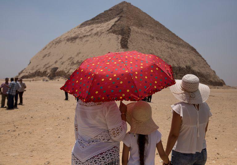 Visitantes en la pirámide de Bent, en Dashur