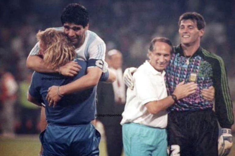 El emocionante abrazo tras eliminar a Italia en su Mundial en el estadio San Paolo. Detrás, Goyco con Roberto Mariani.