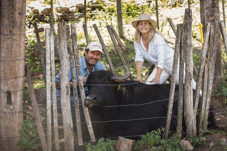 Agustín Soler y Catalina Centeno, junto a uno de sus búfalos.