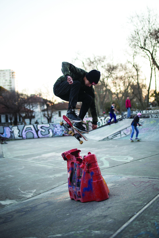 """Damián (19). Es de: Villa Crespo. ¿Qué es lo que más te gusta de practicar skate? """"Aprendo mucho, me encanta sacar pruebas nuevas y de los golpes se aprende también""""."""