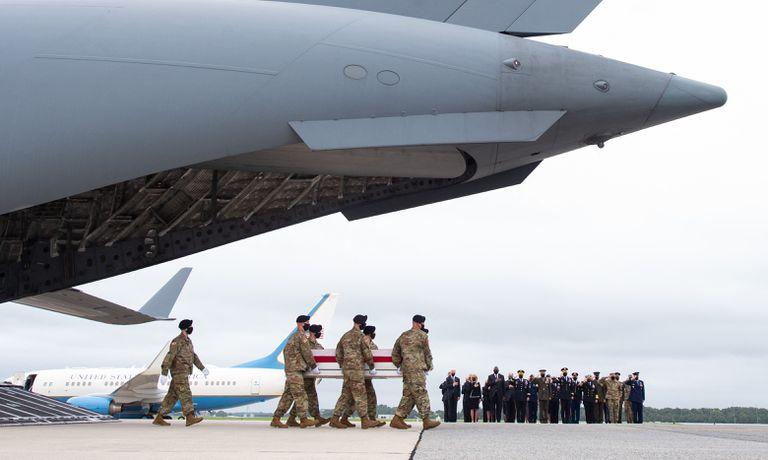 La llegada de los marines muertos a la base de Dover