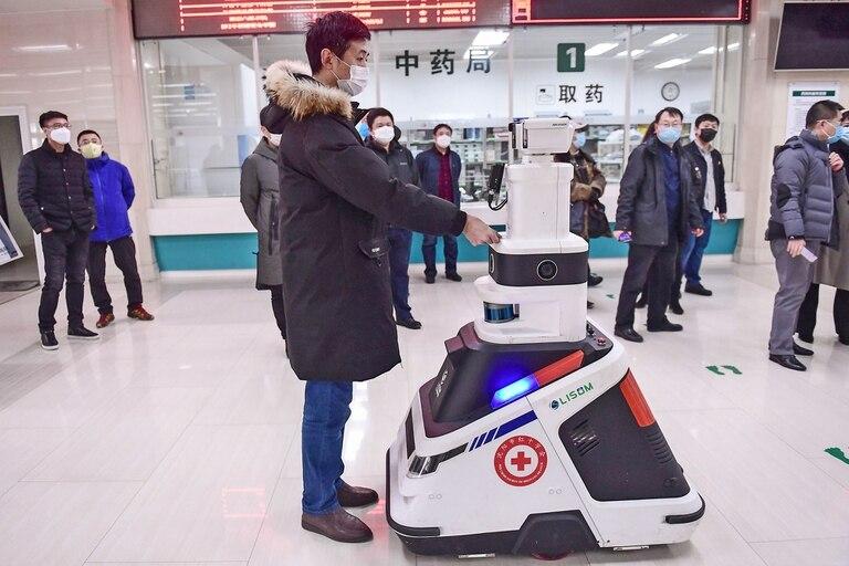 Un robot que toma temperaturas y desinfecta personas recorre los pasillos de un hospital en Shenyang, China, se lo utiiza para reducir la presión sobre el personal del hospital y para evitar infecciones cruzadas por el coronavirus