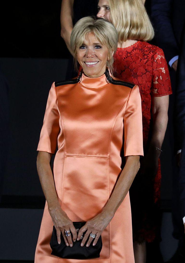 De vestido coral anaranjado con detalles sobre los hombros, Brigitte Macron