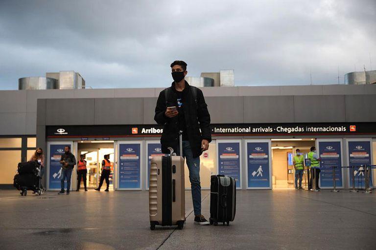 Por el Covid, reducen los vuelos al exterior y refuerzan los controles para los viajeros