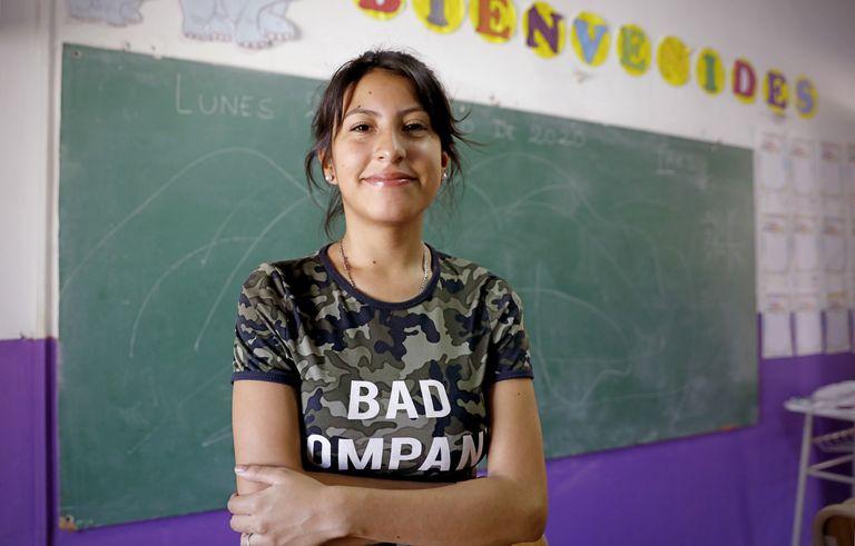 La maternidad y paternidad son una de las principales causas de abandono escolar, en un contexto donde las políticas de prevención y acompañamiento aún son escasas. Natalia Leguizamón Areco fue mamá a los 16 años pero pudo terminar sus estudios gracias a la contención que recibió en su escuela
