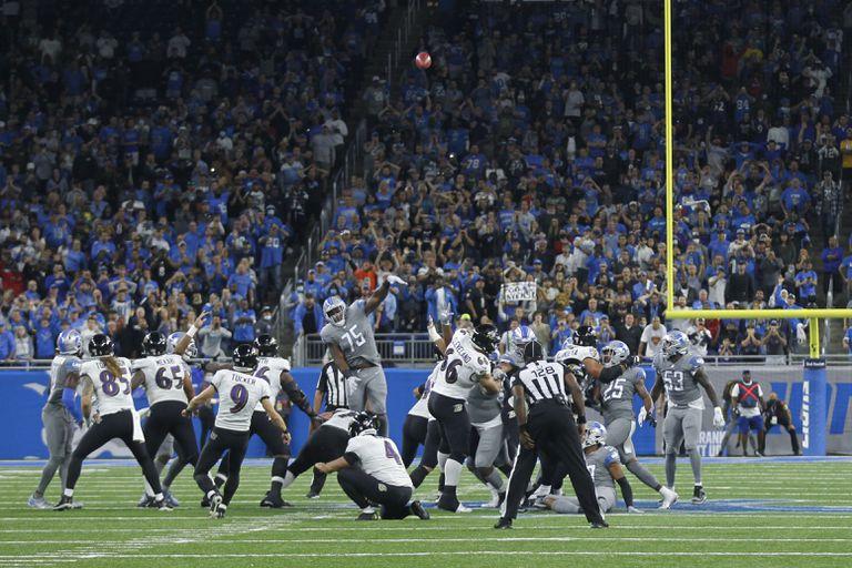 El pateador de los Ravens de Baltimore Justin Tucker patea un gol de campo de 66 yardas para establecer un nuevo récord de la NFL para el triunfo ante los Lions de Detroit el domingo 26 de septiembre del 2021. (AP Photo/Tony Ding)