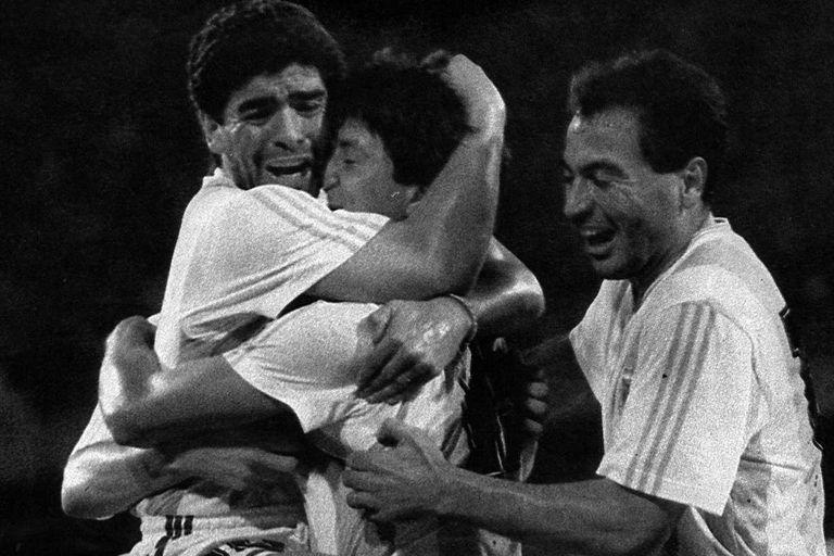 Diego Maradona abraza a Pedro Monzón tras el gol del ex Independiente a Rumania en Italia 90