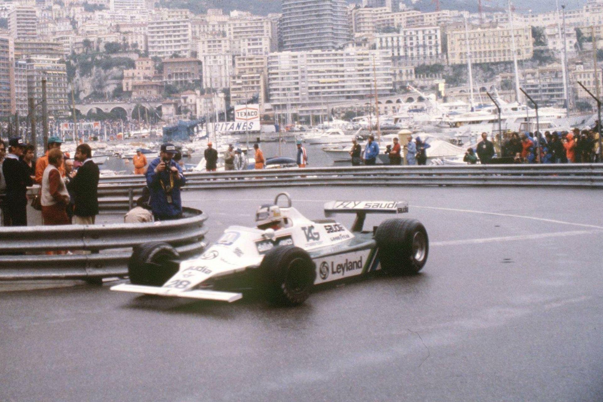 Carlos Reutemann, al mando del Williams, en el trazado callejero de Mónaco; detrás, los yates escenifican el glamour del gran premio del principado