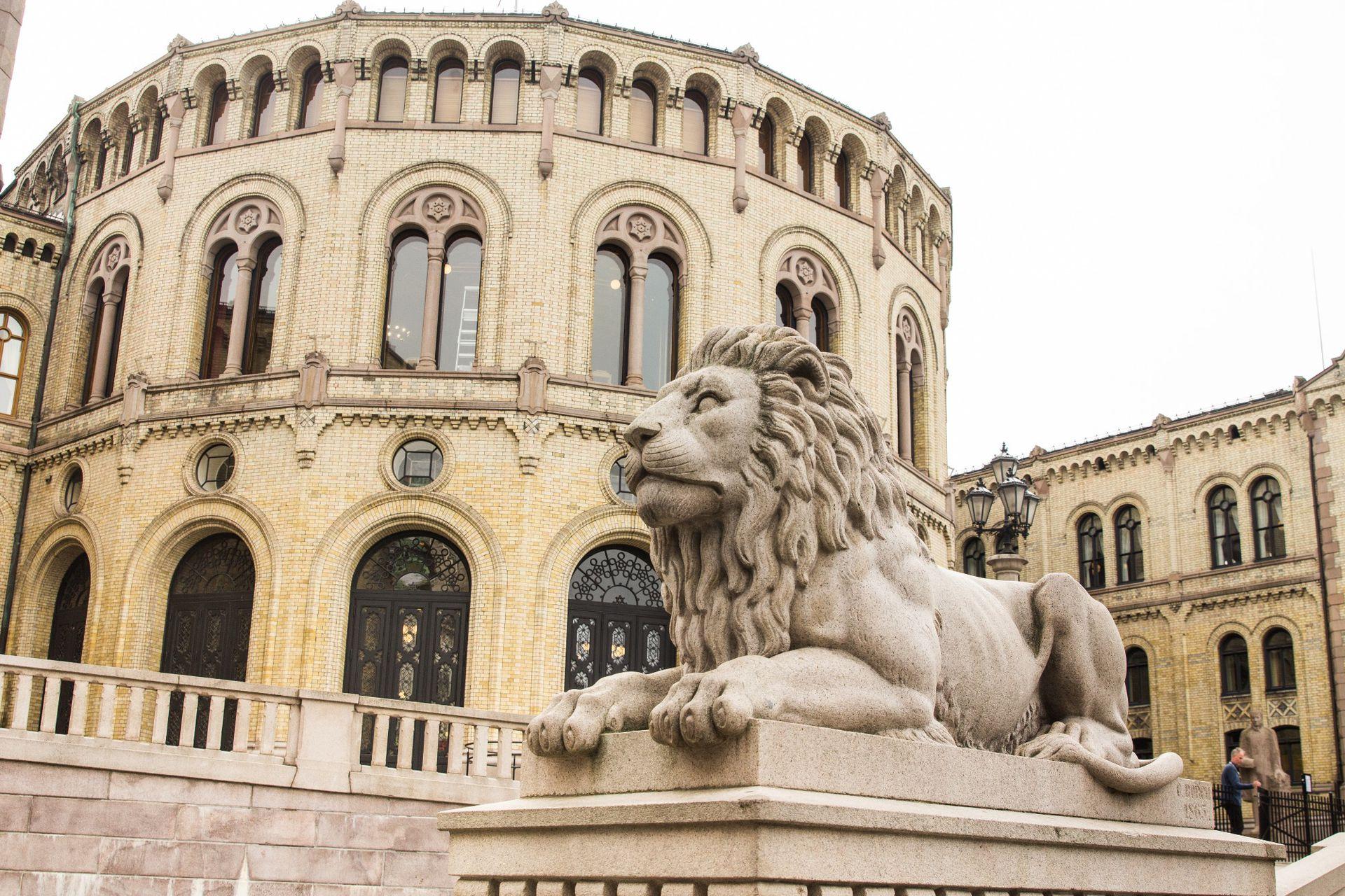 El parlamento de Noruega o Stortinget, en Karl Johans gate, se terminó de construir en 1866 y es obra del arquitecto Víctor Langlet.