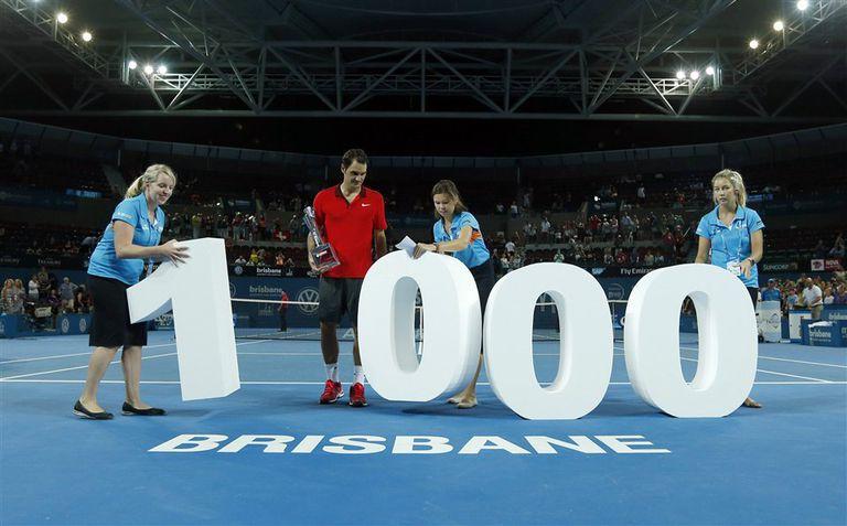 Federer, con el trofeo de Brisbane, dispuesto a posar para los fotógrafos con el trofeo y número de sus triunfos ATP.