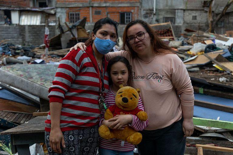 Norma Espinola (der.), su hija Dana y María Garzete (izq.) vivían en la toma