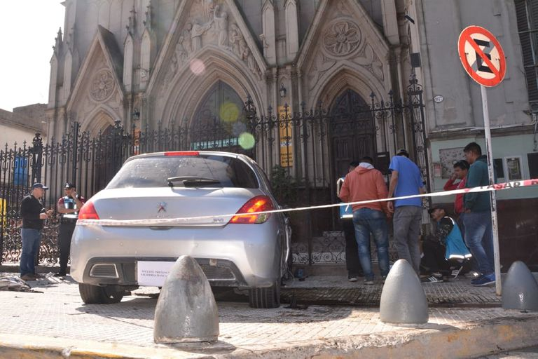 Tras una persecución policial, un auto chocó frente a una iglesia