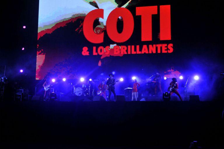 Coti y la banda que lo acompaña, Los Brillantes, en escena