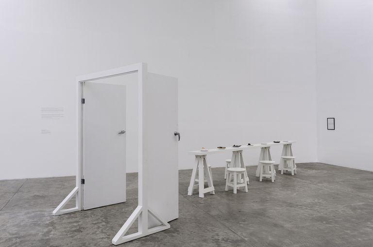 """Instalación de Víctor Grippo, """"La comida del artista (Puerta amplia- Mesa estrecha)"""", 1991"""