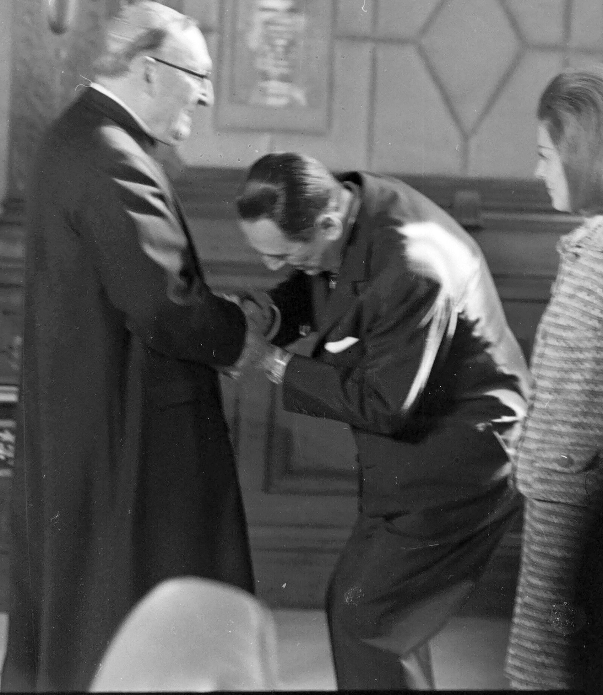 Otra imagen de aquel 13 de octubre de 1973: el amistoso saludo de Juan Domingo Perón al arzobispo de Buenos Aires Antonio Caggiano