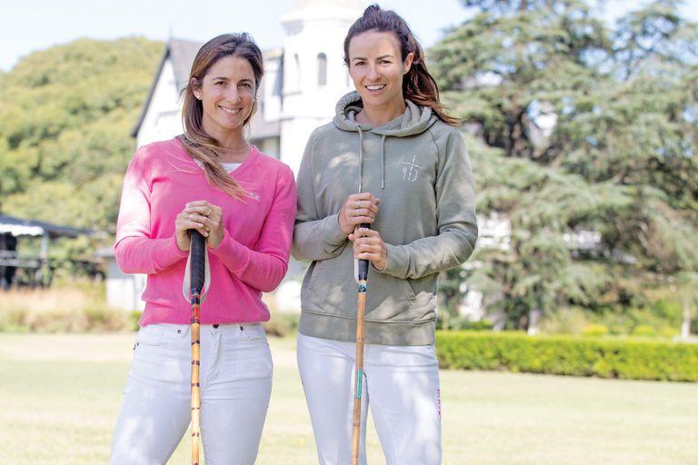 Lía y Hazel, con el fantástico castillo de la Asociación Argentina de Polo en Pilar a sus espaldas.