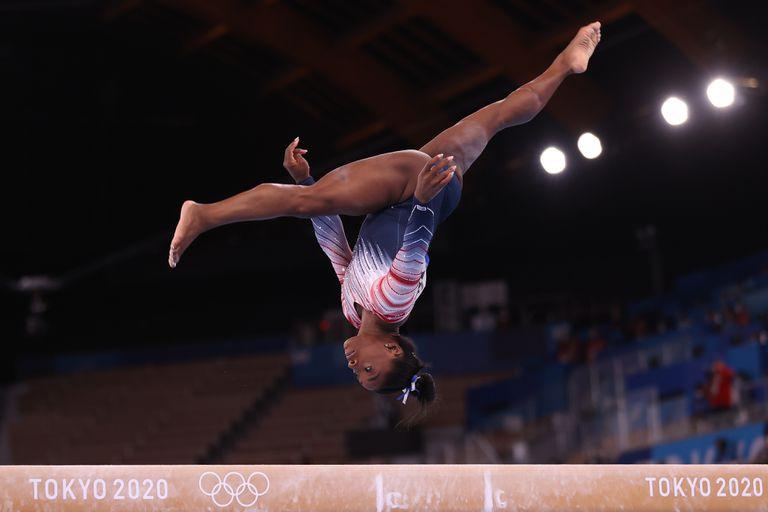 Simone Biles del equipo de Estados Unidos compite en la final de la viga de equilibrio femenina