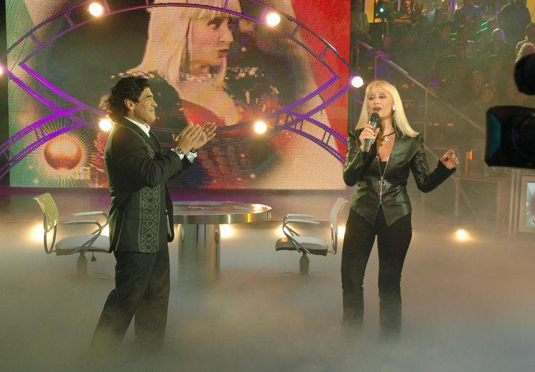 """El 24 de octubre de 2005 Raffaella Carrà visitó a Diego Maradona en su ciclo """"La noche del 10"""" de eltrece"""
