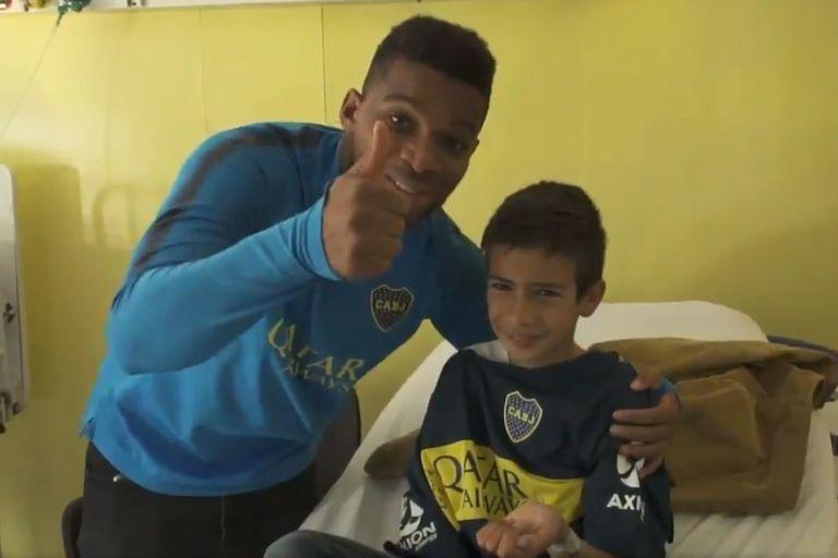 El gesto de Boca: donó camisetas convertidas en batas en hospitales infantiles
