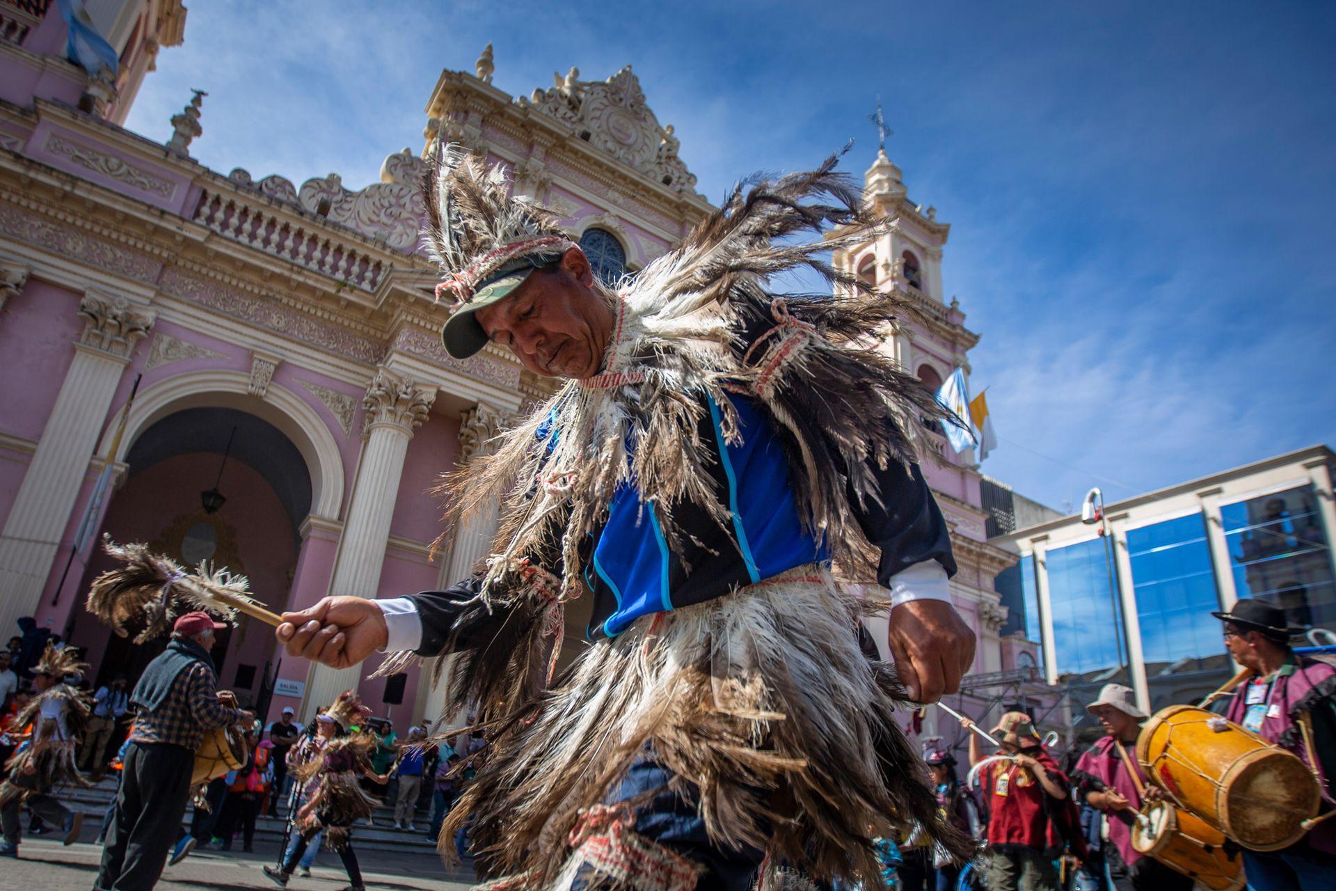 Danzas con trajes típicos durante la procesión