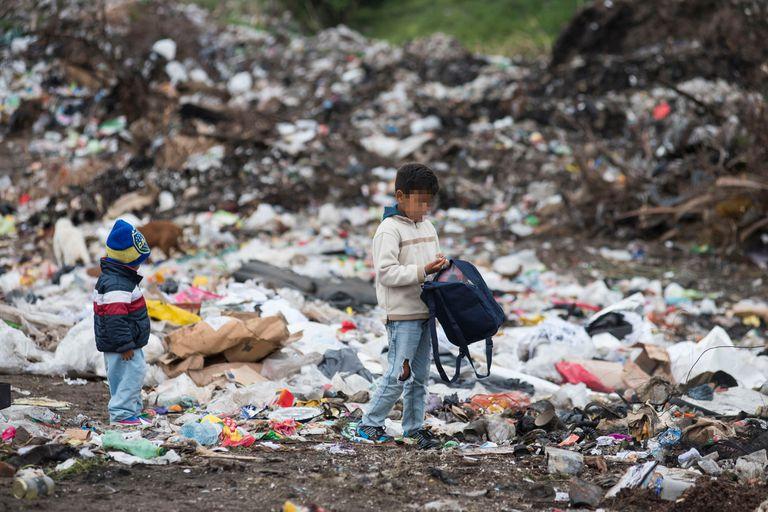Los datos corresponden al cuatrimestre que va de julio a octubre. En la población infantil se dan los índices más elevados de pobreza por ingresos (llega al 64,1% en los menores de 18 años) y de déficit en diferentes dimensiones que hacen a la calidad de vida