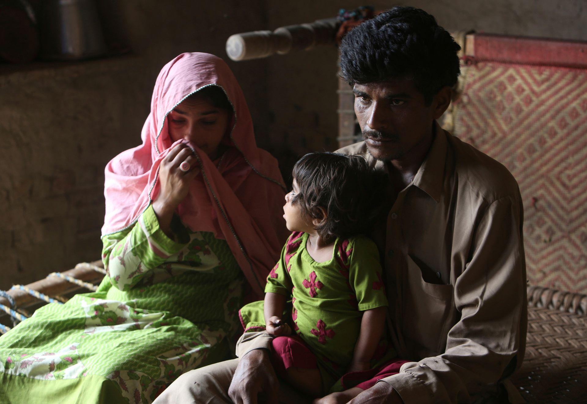 Tariq Ali junto a su esposa Parveen y su hijo de tres años Ume Kulssom. Los tres miembros de esta familia paquistaní están infectados con VIH
