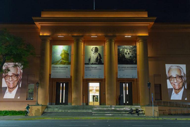 Por la pandemia, el Bellas Artes tuvo que postergar la muestra que tenía prevista en el centenario de León Ferrari; el homenaje será virtual, pero desde hoy podrá verse desde la puerta del museo una de sus obras más emblemáticas exhibida en el hall