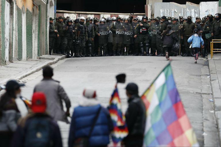 Mientras miles de seguidores del expresidente coparon La Paz, el gobierno anunció una mesa de negociación con el MAS; Morales está inhabilitado para participar en elecciones, dijo la mandataria