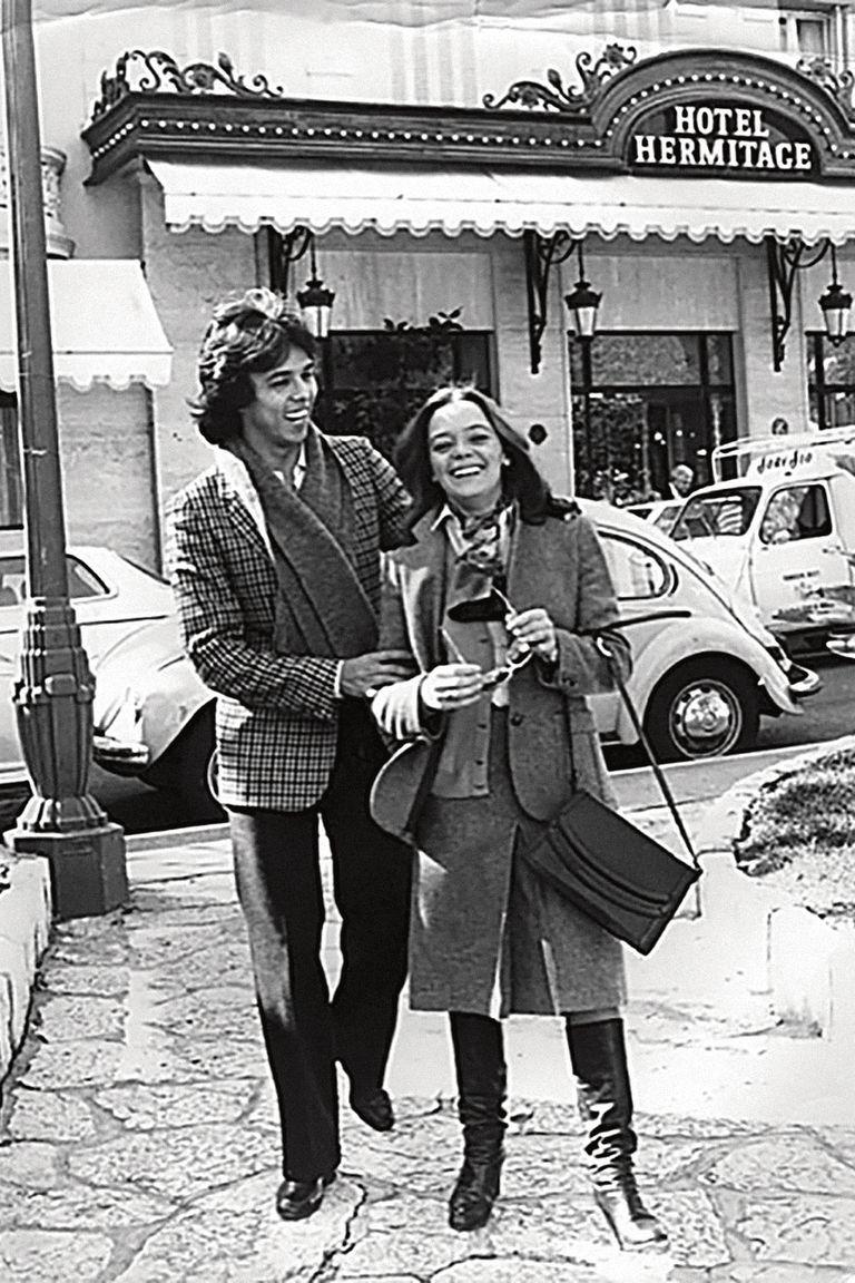 Teresa y Jairo, en uno de sus tantos viajes por Europa, posando felices frente al hotel Hermitage de Montecarlo, en marzo de 1979.
