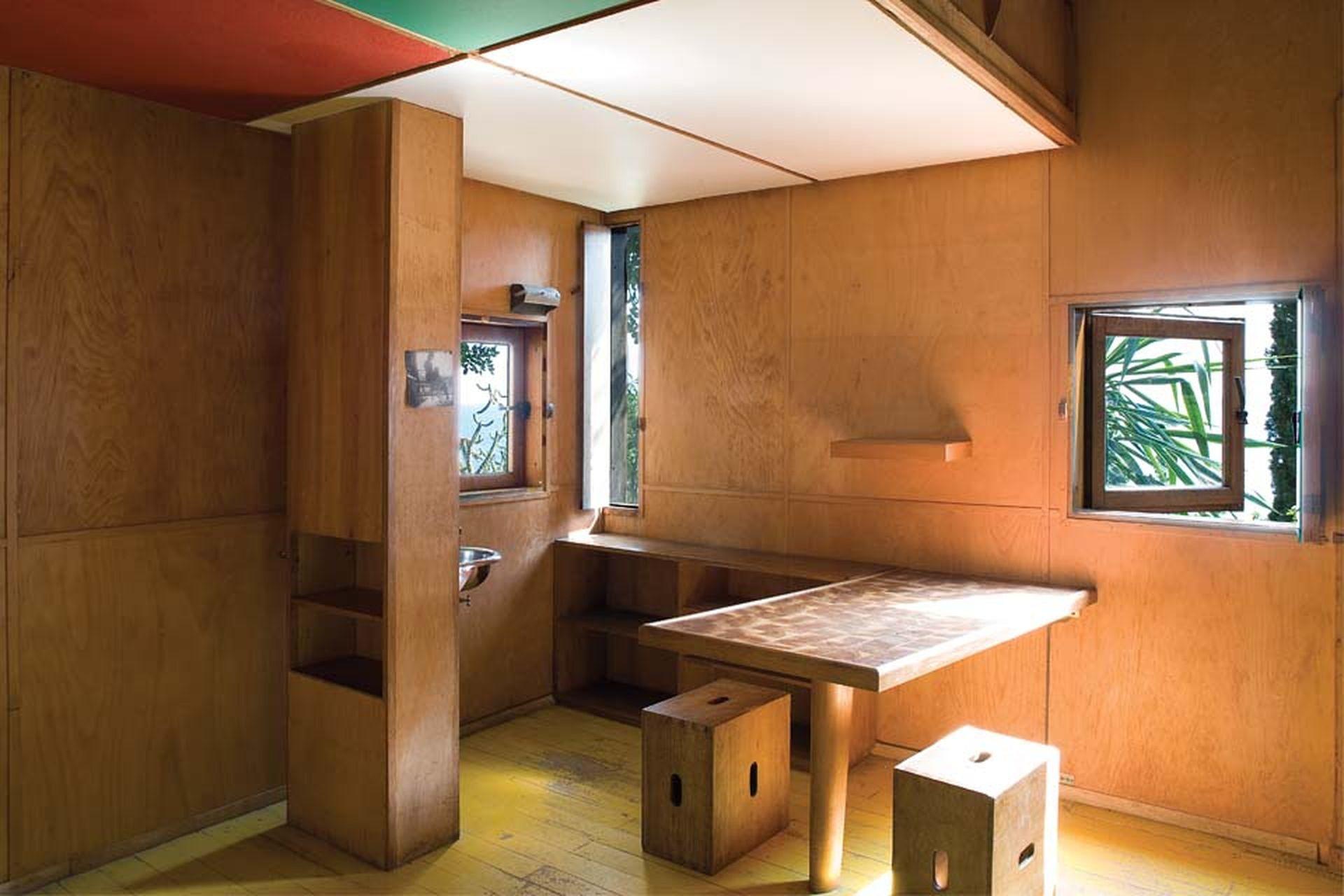 Lo esencial se hace visible: un lavatorio separado de una de las dos camas por un armario, una mesa y dos cajones como asientos. Con su ojo de artista, el maestro hizo ventanas mínimas para enmarcar elementos específicos del paisaje como en un cuadro vivo