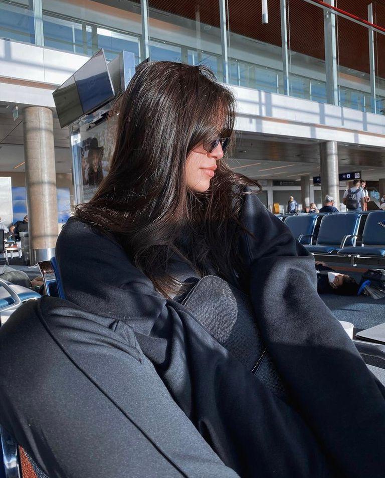 Emilia Mernes, en el aeropuerto de camino a Río de Janeiro para asistir a la fiesta de Neymar. Crédito: Instagram