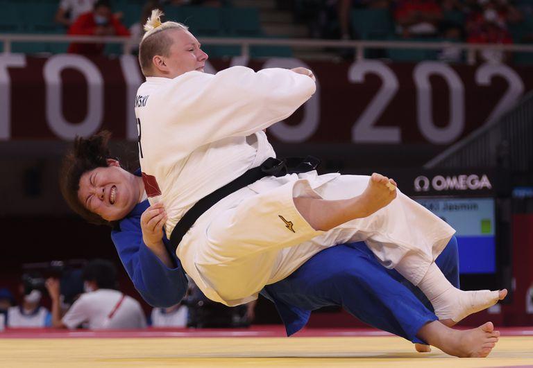 Shiyan Xu del equipo de China y Jasmin Grabowski del equipo de Alemania compiten durante la ronda eliminatoria de judo + 78 kg de mujeres