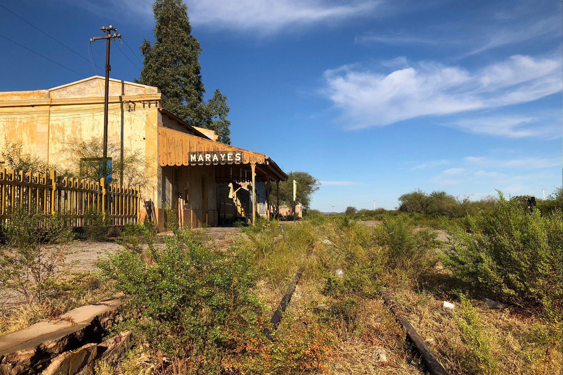 La estación abandonada de Marayes es un reflejo del estado de abandono de ese pueblo sanjuanino en el que casi no quedan chicos. El tren dejó de pasar en la década del 90, la mina de oro cerró y no existen oportunidades de futuro para los jóvenes.
