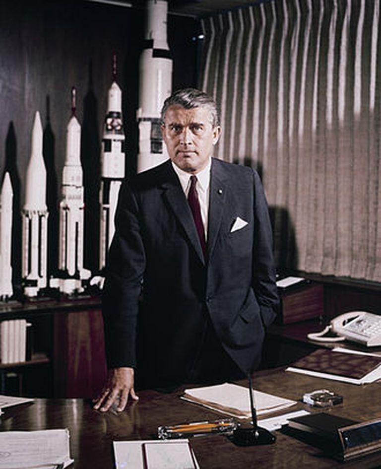 Von Braun en su cargo de directivo de la NASA, en mayo de 1964