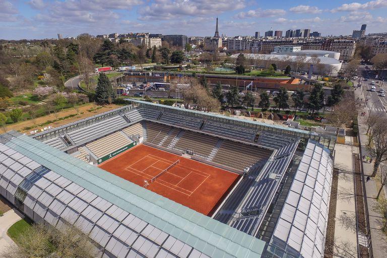 Una vista aérea del nuevo estadio de Roland Garros, con la Torre Eiffel de fondo