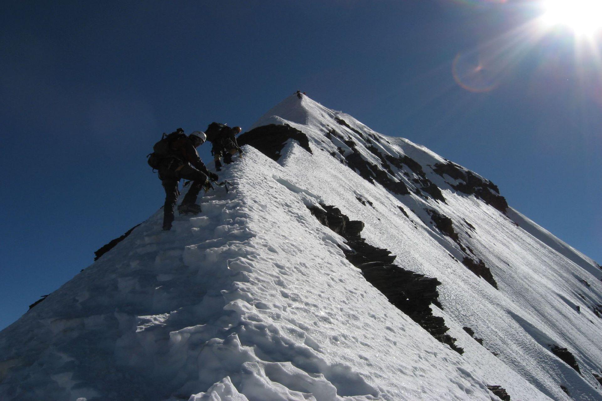 Con nieve, el duro ascenso al Condoriri en Bolivia
