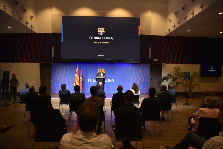 El presidente del FC Barcelona, Joan Laporta, ofrece una rueda de prensa en el estadio Camp Nou de Barcelona el 6 de agosto de 2021 para explicar la salida de Lionel Messi.