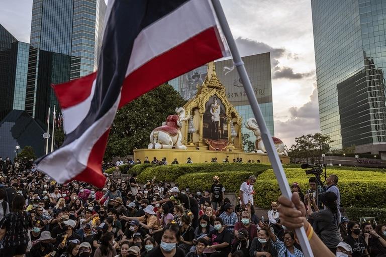 Manifestantes en Bangkok, el 25 de noviembre de 2020, frente a la sede del Banco Comercial de Siam, en el que el rey es el mayor accionista