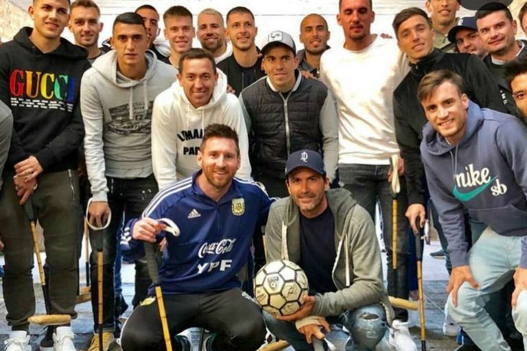 Los jugadores de la selección, con Messi a la cabeza, posando con Cambiaso en Cañuelas
