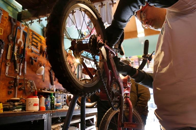 En el local de Bicicletas Populares, en Palermo, se reciben las donaciones para luego repararlas y entregarlas a familias de bajos recursos